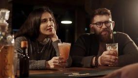 Rosa Khutor, ΡΩΣΙΑ - το Φεβρουάριο του 2018: ο ενδιαφερόμενοι άνδρας και η γυναίκα επισκεπτών είναι σε έναν φραγμό με τα ποτά απόθεμα βίντεο