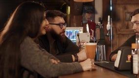 Rosa Khutor ROSJA, FEB, -, 2018: faceta i potomstw brunetka pyta barmanu w pubie zdjęcie wideo