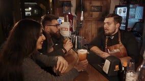 Rosa Khutor ROSJA, FEB, -, 2018: młoda para goście mówi z barmanem zdjęcie wideo
