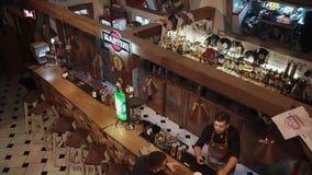 Rosa Khutor ROSJA, FEB, -, 2018: odgórna panorama mały noc bar z dwa gościami i barmanem zdjęcie wideo