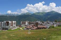 Rosa Khutor, Russia, Krasnaya Polyana - 22 luglio 2018: Villaggio di Ski Olympic sulla vista di estate del plateau di Rosa fotografia stock libera da diritti