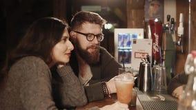 Rosa Khutor RYSSLAND - FEBRUARI, 2018: gifta paret är avslappnande i stång med drinkar stock video