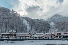Rosa Khutor, Sochi, Rusia, el 17 de diciembre de 2016: Invierno en las montañas Fotos de archivo