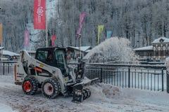 Rosa Khutor, Sochi, Russland, am 17. Dezember 2016: Schneeräumungs-Auto Stockfoto