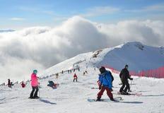 Rosa Khutor, Sochi, Ryssland, Januari, 26, 2018, att skida för folk och snowboardingen skidar på semesterorten Rosa Khutor som fr Arkivfoto