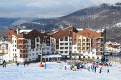 Rosa Khutor Sochi, Ryssland, Januari, 26, 2018, folket som skidar nära hotell`-Rosa Skinn ` i olympisk by på Rosa Khutor, skidar  Royaltyfria Foton