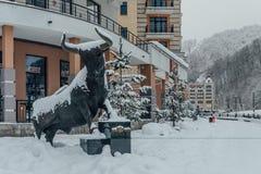 Rosa Khutor, Soci, Russia, il 17 dicembre 2016: Statua del toro Immagine Stock