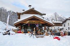 Rosa Khutor, Sotchi, Rusland, 26 Januari, 2018 Restaurant Dinastiya in Rosa Chalet in vroege de winterochtend bij de skitoevlucht stock afbeeldingen