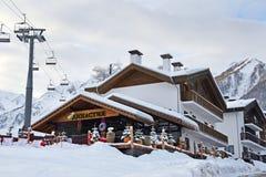 Rosa Khutor, Sotchi, Rusland, 26 Januari, 2018 Restaurant Dinastiya in Rosa Chalet in vroege de winterochtend bij de skitoevlucht stock foto