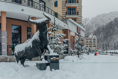 Rosa Khutor, Sotchi, Russie, le 17 décembre 2016 : Statue de Taureau Image stock