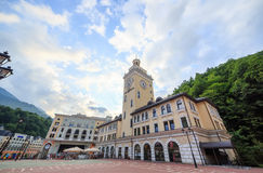 Rosa Khutor Tower Clock HDR Sotchi, Rusland - Juli 21, 2015: Ven Royalty-vrije Stock Foto's