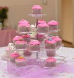 Rosa kleine Kuchen auf einem Stand Lizenzfreies Stockfoto