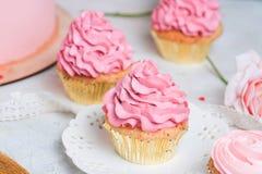 Rosa kleine Kuchen auf weißer Platte Lizenzfreie Stockfotos