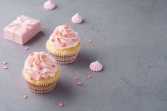 Rosa kleine Kuchen mit geformter Süßigkeit des Herzens für Valentine' s-Tag stockbild