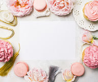 Rosa kleine Kuchen mit Rosen und Feiertagsdekor im Rahmen Festlich und hell Hochzeitsfeierkonzept Kopieren Sie Platz stockbild