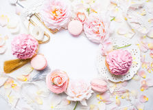 Rosa kleine Kuchen mit Rosen und Feiertagsdekor im Rahmen Festlich und hell Hochzeitsfeierkonzept Kopieren Sie Platz Lizenzfreie Stockfotos