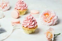 Rosa kleine Kuchen mit Rosen und Makronen Festlich und hell Hochzeitsfeierkonzept Lizenzfreies Stockbild