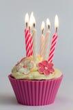 Rosa kleiner Kuchen mit brennenden Kerzen Lizenzfreie Stockfotografie