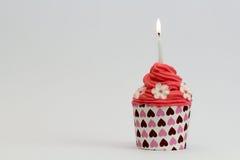 Rosa kleiner Kuchen mit roter Creme Stockbilder
