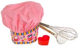 Rosa kochender Hut, mit mehrfarbigem Muster, Herzen, Blumen und Eulen Herzformen für Plätzchen im Rot Wischen Sie, um zu schäumen Stockfoto