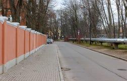 Rosa konkret staket på centret arkivfoto