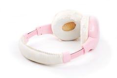Rosa Kopfhörer auf Isolatweißhintergrund Stockbild