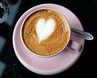 Rosa kopp av cappuccino Arkivfoton