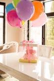 rosa Kuchen an der Feier des ersten Geburtstages des Mädchens, der Ballone und der Glückwünsche, 1-jährig lizenzfreies stockfoto