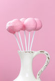 Rosa Kuchen knallt im keramischen Vase Stockfotografie