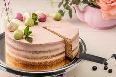 Rosa Kuchen mit den tadellosen und dekorativen süßen Bällen von oben genanntem auf einer Platte, Nahaufnahme Stockfotografie