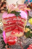 Rosa Kuchen mit Lilie stockbilder