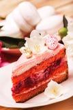 Rosa Kuchen mit schönen weißen Blumen und rosa Ei Lizenzfreie Stockbilder