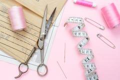 rosa kupor Spolar och knappar på rosa trått tyg Arkivfoton