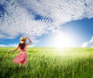 Rosa kvinna med den härliga blåa skyen i greenland Royaltyfri Bild