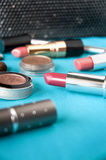 Rosa läppstift och skönhetsmedel arkivbild