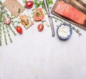 Rosa Lachsfilet mit Tomaten, Rosmarin, Quark, Weinlesetischbesteck und Sandwichgrenze, Platz für Text auf hölzernem rustikalem b Lizenzfreie Stockbilder