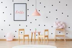 Rosa lampa i rum för flicka` s fotografering för bildbyråer