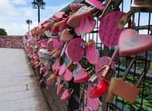 Rosa Liebe schließt auf einen Zaun auf Penang-Hügel zu Lizenzfreie Stockfotos