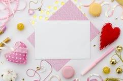 Rosa Liebesbrief am Valentinsgrußtag Valentinsgrußschablonenmodell Flache Lage Stockbild