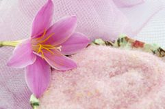 Rosa Lilienblume mit rosa Badesalze im decoupage verzierte Bogen lizenzfreies stockbild
