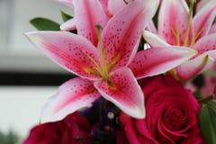 Rosa liljablommabukett Arkivfoto