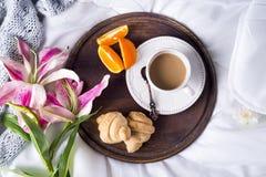 Rosa liljor och kaffekopp Fotografering för Bildbyråer