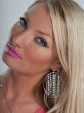 Rosa Lippenstift, blaue Augen und blondes Haar Stockfotografie