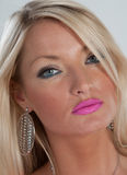 Rosa Lippenstift, blaue Augen und blondes Haar Stockbilder
