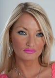 Rosa Lippenstift, blaue Augen und blondes Haar Lizenzfreies Stockfoto