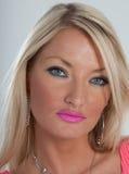 Rosa Lippenstift, blaue Augen und blondes Haar Lizenzfreie Stockfotos