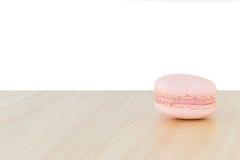 Rosa Makrone, Macaron auf Holz mit weißem Hintergrund Lizenzfreies Stockfoto