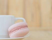 Rosa Makrone, Macaron mit Schale auf hölzernem Hintergrund Stockfotos