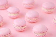 Rosa Makronen selbst gemacht, auf rosa Hintergrund, Diagonale, selektiver Fokus stockbild