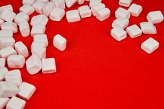Rosa marshmallow på röd bakgrund Valentine& x27; s-dag royaltyfri bild